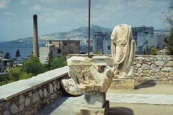 Podsvětní charakter Eleusiny byl koncem minulého století doslova cítit i z lapidária muzea. Kredit: Zde, Wikimedia Commons.