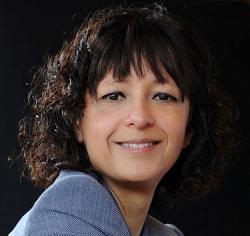 Emmanuelle Marie Charpentier. Původně francouzská mikrobioložka, později genetička, biochemička a světoběžnice s praxí na několika amerických universitách, nemocnicích, stážemi ve Vídni, Několka pracovišti ve Švédsku, toho času ve funkci ředitelky v Max Planckově Institutu pro r Infekční biologii. Jako spoluobjevitelka techniky CRISPR je považována adeptku na druhou polovinu Nobelovy ceny (spolu s Jenifer Doudna). (Kredit foto: Max Planck Institute)