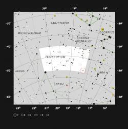 Červený kruh vyznačuje pozici systému sčernou dírou vsouhvězdí Dalekohledu. Kredit: ESO, IAU and Sky & Telescope