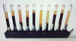 Stojan so sadou pipet na vyšetrenie sedimentácie červených krviniek. Čím je vyšší stĺpec séra nad usadeninou krviniek, tým je sedimentácia vyššia (odčituje sa v milimetroch za hodinu) (Kredit: Wikipedia Creative Commons Attribution-Share Alike 3.0)
