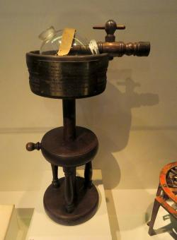Inhalátor éteru vyvinutý Williamem T. G. Mortonem v roce 1846. (Kredit:  National Museum of American History)