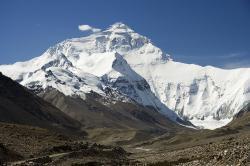 """Prostředí s extrémně nízkým obsahem kyslíku regeneraci srdce prospívá. Stavy po infarktu se nejspíš brzo budou léčit """"přidušením"""" podobným tomu, jaké prožívají horolezci když stanou na vrcholu světa. Pohled na severní tvář Everestu. (Kredit  I,Luca Galuzzi, Wikipedia, CC BY-SA 2.5)"""