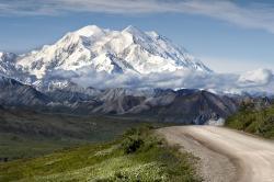 Malebná scenérie na území Národního parku Denali, v němž bylo učiněno množství významných paleontologických objevů ze souvrství Prince Creek. Park byl oficiálně vyhlášen roku 1917, má rozlohu necelých 25 000 čtverečních kilometrů a zahrnuje i nejvyšší horu celé Severní Ameriky Denali (dříve známou spíše jako Mount McKinley). Kredit: Denali National Park and Preserve; Wikipedie (volné dílo).