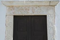 Panagia Filotissa, hlavní vchod. Byzantská analogie našeho baroka, z roku 1715. Kredit: Zde, Wikimedia Commons. Licence CC 4.0.