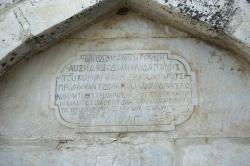 Řecký nápis na kašně ve Filoti. Kredit: Zde, Wikimedia Commons. Licence CC 4.0.