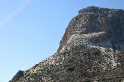 Kaple sv. Jana na vrcholku vysoko nad Filoti. Kredit: Zde, Wikimedia Commons. Licence CC 4.0.