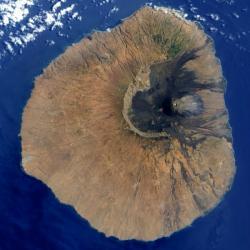 Ostrov Fogo pohledem NASA. Východní stěna je pryč. Kredit: NASA.