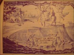 Zobrazení stop sauropoda na stěně útesu a zároveň i jejich domnělého původce, obřího oslíka nesoucího Pannu Marii a malého Ježíše od rozbouřeného moře. Malba na kachlících azulejos pochází zřejmě z poloviny 18. století, kdy ještě druhohorní dinosaury věda neznala. Kredit: Vlastní snímek autora, podle Octávia Mateuse
