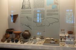 Nálezy z neolitického osídlení jeskyně Franchthi, 6500 až 3200 před n. l. Archeologické muzeum v Naupliu (Nafplionu). Kredit: Zde, Wikimedia Commons. Licence CC 4.0.
