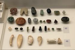 Ozdoby vyrobené z kamene a kostí. Jeskyně Franchthi, 6800-3200 před n. l. Archeologické muzeum v Naupliu. Kredit: Zde, Wikimedia Commons. Licence CC 4.0.