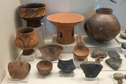 Keramika z neolitického osídlení jeskyně Franchthi, 5800 až 3200 před n. l. Archeologické muzeum v Naupliu. Kredit: Zde, Wikimedia Commons. Licence CC 4.0.