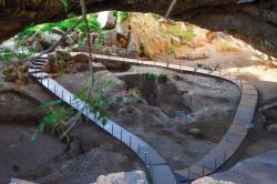 Okolí vchodu jeskyně. Kredit: Efi tsif, Wikimedia Commons. Licence CC 4.0.