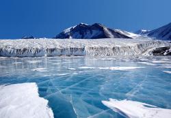 Geotermální zdroje vytváří v Antarktidě jezera. Uvězněné slané jezero má horní vrstvu z vody sladké a proto zmrzne. Na obrázku je jezero Fryxell. Autorem fota je Joe Mastroianni zNational Science Foundation, Antarctic Photo Library.