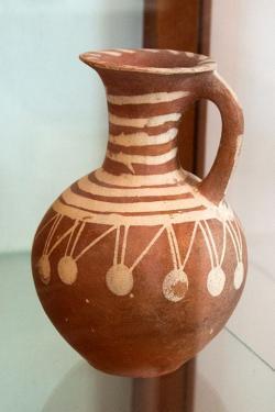 Džbán z předělu rané a střední doby bronzové, Fylakopi I až II, kolem 2000 před n. l. Archeologické muzeum na Mélu. Kredit: Zde, Wikimedia Commons.