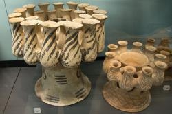 Mnohočetné keramické kerny z Mélu. Závěr rané doby bronzové, Fylakopi I, 2300–2100 př. n. l. Ashmolean Museum v Oxfordu, AN 1926.677, AN 1971.157. Kredit: Zde, Wikimedia Commons.