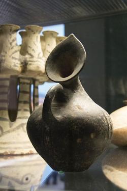 Džbán se svislou hubičkou ve tvaru listu. Závěr rané doby bronzové, Fylakopi I, 2300–2000 př. n. l. Britské muzeum, GR 1842.7-28.821, BM Cat Vases A331. Kredit: Zde, Wikimedia Commons.