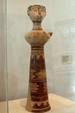 Paní z Fylakopi. Fylakopi III/2. Archeologické muzeum na Mélu, B 655. Kredit: Zde, Wikimedia Commons