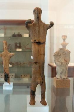 Terakotová figurka muže ze Západní svatyně ve Fylakopi. Pozdní doba helladská III C, Fylakopi IV, 12. století před n. l. Archeologické muzeum na Mélu. Kredit: Zde, Wikimedia Commons.
