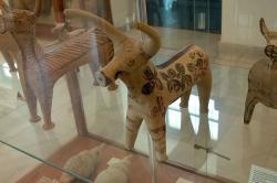 Figurka býka ze Západní svatyně, Fylakopi IV. Archeologické muzeum na Mélu. Kredit: Zde, Wikimedia Commons.