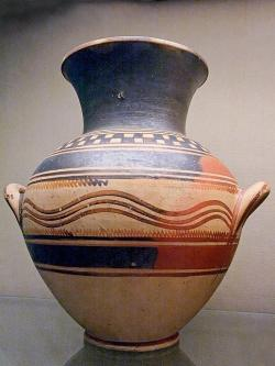 (Pozdně) proto-geometrická amfora s uchy na těle nádoby, s šachovnicovým vzorem v horním poli a s vlnovkovým zdobením na těle. Athény, 950 až 900 před n. l. British Museum, GR 1978.7-1.7 (Cat. Vases A1123). Kredit: Marie-Lan Nguyen, Wikimedia Commons. Public domain.