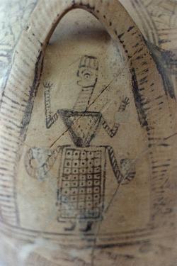 Funerální pithos s vyobrazením bohyně. Fortetsa u Knóssu, řecké raně geometrické období B, 850-800 před n. l. Archeologické muzeum v Irakliu (Herakleion). Kredit: Zde, Wikimedia Commons. Licence CC 4.0.