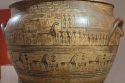 Dipylský kratér. Detail hlavních částí malby s ekforou nahoře a s defilé vojáků na vozech dole. Národní archeologické muzeum v Athénách, inv. č. 990. Kredit: Zde, Wikimedia Commons. Licence CC 4.0.