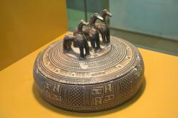 Pyxis z geometrického období s plastikou tří koní na víku. Athény, 750-700 před n. l. Muzeum staré agory v Athénách. Kredit: Zde, Wikimedia Commons. Licence CC 4.0.