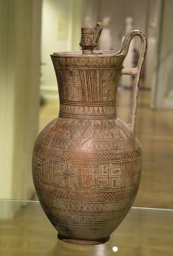 Větší nádoba s víčkem, geometricky zdobená. Atika, kolem 730 př. n. l. Ústav pro klasickou archeologii UK v Praze, ÚKA 60-3, nevystavuje se. Kredit: Zde, Wikimedia Commons. Licence CC 4.0.