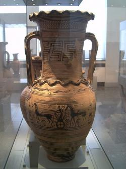 Pozdně geometrická amfora, s ekforou na těle nádoby a plastickými hady. Atika, 730 až 720 před n. l. Altes Museum Berlin. Kredit: Marcus Cyron, Wikimedia Commons. Licence CC 2.5.