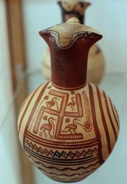 Pozdně geometrický džbánek, 8. století před n. l. Archeologické muzeum v Braronu (Vraone). Kredit: Zde, Wikimedia Commons. Licence CC 4.0.