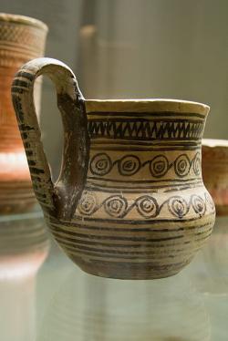 Pohár (goblet), pozdně geometrický. Výrazný motiv propojených spirál. Atická dílna, 750 až 725 před n. l. Národní muzeum v Praze, NM-H10 4603, nevystavuje se. Kredit: Zde, Wikimedia Commons. Licence CC 4.0.