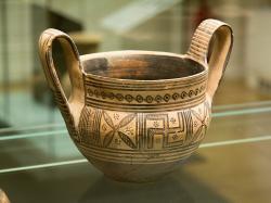 Kantharos se svastikou a rosetami. Attická pozdně geometrická keramika, kolem roku 760 před n. l. Národní muzeum v Praze, NM-H10 1849, nevystavuje se. Kredit: Zde, Wikimedia Commons. Licence CC 4.0.
