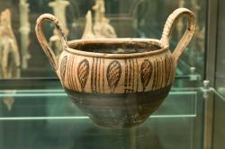Kantharos. Pravděpodobně boiótská dílna, 750 až 700 před n. l. Národní muzeum v Praze, NM-H10 3470, nevystavuje se. Kredit: Zde, Wikimedia Commons. Licence CC 4.0.