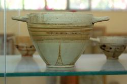 Skyfos v geometrickém stylu, z Paru, snad z konce 8. století před n. l. Archeologické muzeum na Paru. Kredit: Zde, Wikimedia Commons. Licence CC 4.0.