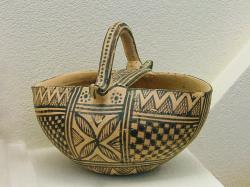 Kalathos v pozdně geometrickém stylu. Nález z hrobu dítěte, Athény, 750 až 700 před n. l. Archeologické muzeum v Kerameiku (Athény), T 50/V. Kredit: Dorieo, Wikimedia Commons. Licence CC 4.0.