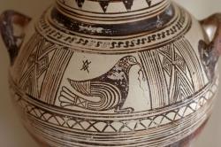 Pták na pozdně geometrické amfoře. Kykladská práce, 700 až 680 před n. l. Archeologické muzeum na Théře (Santorini). Kredit: Zde, Wikimedia Commons. Licence CC 3.0.