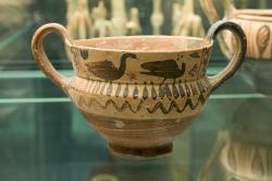 Kantharos, ve vlysu namalovaní vodní ptáci. Boiótská dílna, 550 před n. l. Národní muzeum v Praze, NM-H10 972, nevystavuje se. Kredit: Zde, Wikimedia Commons. Licence CC 4.0.