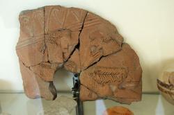 Fragment reliéfu z geometrické vázy, 680 až 650 před n. l, z akropole Koukounaries (Naoussa) na Paru. Archeologické muzeum v Paroikii, Paros. Archeologické muzeum v Thébách. Kredit: Zde, Wikimedia Commons. Licence CC 4.0.