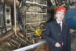 Gerard ´t Hooft, který pomohl k tomu, aby se s teorií elektroslabých interakcí dalo velice přesně počítat, na návštěvě u detektoru ATLAS (zdroj CERN).