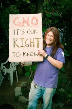Aktivista v San Francisku v Kalifornii se zasazuje o označování složekGMOv potravinách. Wikipedia. Kredit: Daniel Goehring. CC BY 2.0.