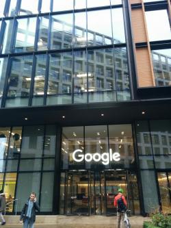 Program AlphaZeroje produktem společnostiDeepMind. Na obrázku je vchod do budovy, na 6 Pancras Square, v Londýně, kde Google a DeepMind mají základnu.  Kredit: Gciriani, Wikipedia, CC BY-SA 4.0