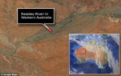 V západní Austrálii objevil Tim Blake z University of Western Australia místo, kde řeka Beasley odkryla čedičové vrstvy, které svými velkými bublinami vypovídají o charakteru atmosféry na počátku vzniku života na Zemi.  (Kredit: Google)