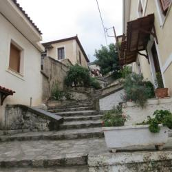 Stavební úprava některých ulic v Delfách dává tušit, že s jarní vodou ze strmých stěn Parnasu tady nebývá legrace. Kredit: Marie.