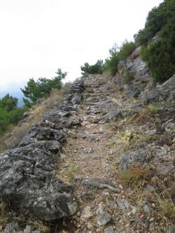 Cesta z Delf nahoru k Fedryádám, značená jako E 4. Kredit: autor článku.