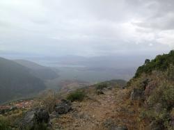 Výhled na Delfy, jsou vlevo dole, dál je Itea u Korintského zálivu, za ním v mracích hory Peloponésu. Kredit: Marie.)