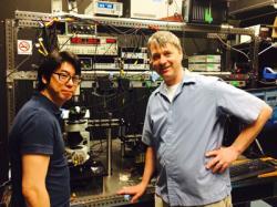 Young Duck Kim vlevo. Kredit: Columbia Engineering.