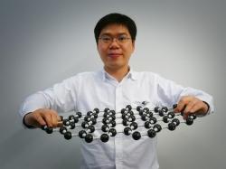 Shou-En Zhu s názornou ukázkou struktury grafenu. (Kredit:  Delft University of Technology)