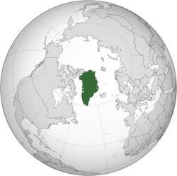 Grónsko s ledovcem starým 110 000 let má  podle prognózy následkem spadu nečistot produkovaných lidmi, začít tát stále rychleji. Jeho 2 850 000 kilometrů krychlových ledu má nezvykle rychle zvýšit hladinu v oceánech (až o 7 metrů). (Kredit: Connormah, Wikipedia)