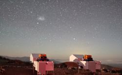 Teleskopy HAT-South vchilské observatoři Las Campanas. Kredit: Gaspar Bakos / Princeton University.