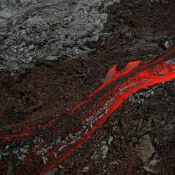 Vhlubinách tečou řeky roztaveného železa. Kredit: Brocken Inaglory / Wikimedia Commons.